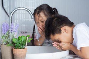 ninos lavándose los dientes